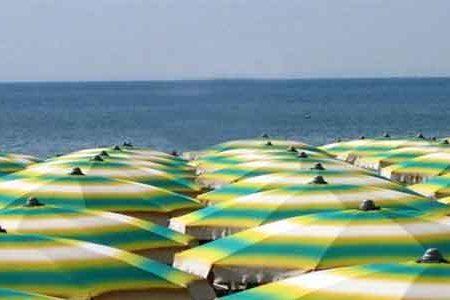 A Napoli succede anche questo: lido abusivo con  ombrelloni e lettini rubati