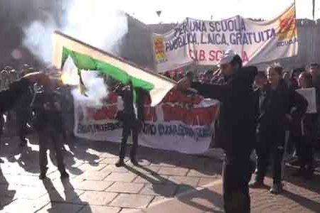 Riforma della scuola: cortei con tensioni e feriti a Milano, Torino e Napoli. Bruciata una bandiera Pd.