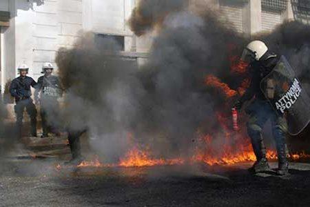 Atene di nuovo in fiamme: grazie Tsipras