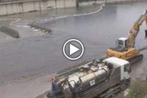 Genova, ora è disastro: cede diga di contenimento. Petrolio in mare
