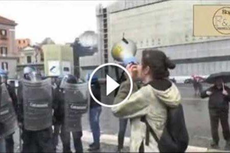 Manifestano in 20 contro Renzi a Napoli: caricati e manganellati