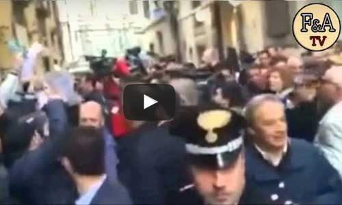 """Renzi contestato a Firenze al grido di:  """"buffone e pezzo di m… """""""