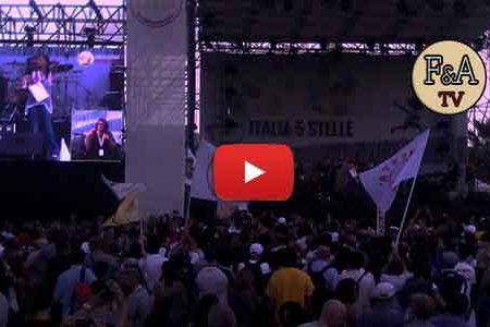 """L'emozionante finale di """"Italia a 5 Stelle"""" con Grillo sulle note di """"Un amore così grande"""""""