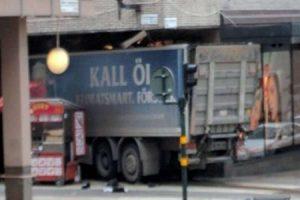 Stoccolma. Camion sulla folla lascia morti e feriti: è attentato