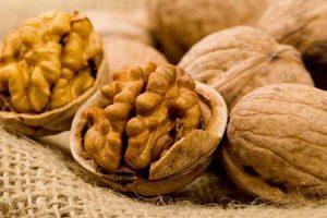 Salute & Benessere. Tumore al colon: mangiare noci riduce le recidive