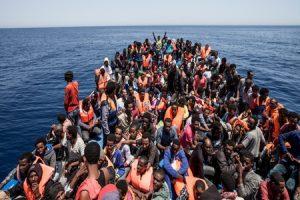 Aumentano sbarchi migranti, Unione Europea e Papa all'Italia: Arrangiatevi