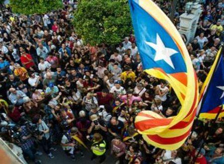"""Catalogna proclama indipendenza. Per Rajoy """"Atto criminale"""" la  Procura chiede arresto Puigdemont: è caos"""