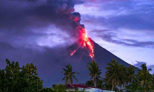 Filippine. Non si fermano le eruzioni, il vulcano Mayon fa davvero paura
