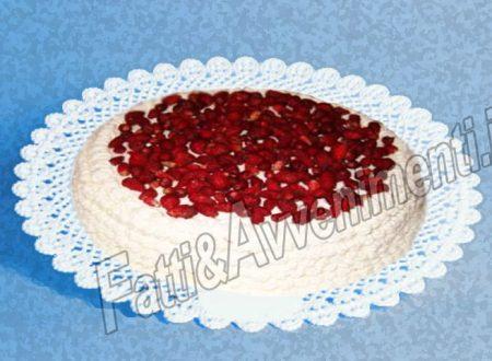 Torta con fragoline, crema pasticcera e panna