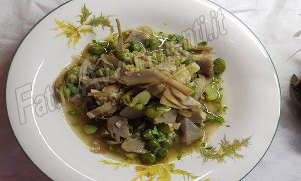 """La """"frittedda"""" in agrodolce, piatto povero  della tradizione siciliana a base di fave, piselli e carciofi"""